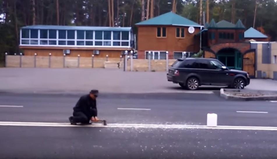 Попытку жителя Тольятти разрубить двойную сплошную тесаком засняли навидео